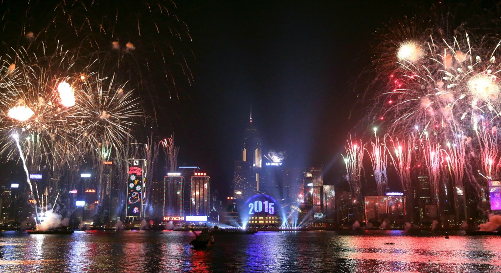 Fireworks explode over Victoria Harbour in Hong Kong on January 1, 2015. Just like previous years, the city's iconic skyline along Victoria Harbour will light up with an eight-minute pyrotechnic display, as tens of thousdands of partygoers will flock to the waterfront to celebrate. AFP PHOTO / ISAAC LAWRENCE
