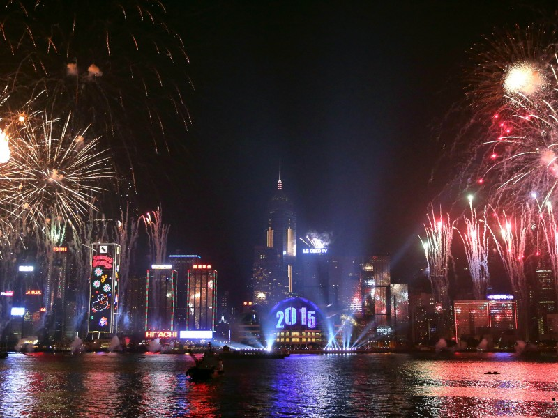 \Fireworks explode over Victoria Harbour in Hong Kong on January 1, 2015. Just like previous years, the city\s iconic skyline along Victoria Harbour will light up with an eight-minute pyrotechnic display, as tens of thousdands of partygoers will flock to the waterfront to celebrate. AFP PHOTO / ISAAC LAWRENCE\